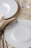 Plats et verre blancs de restaurant Photographie stock