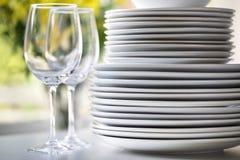 Plats et verres de vin blancs Photos libres de droits