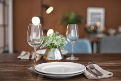 Plats et verres de vin vides sur la table Photo libre de droits