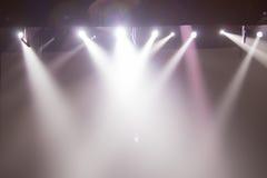 Plats etappljus med kulöra strålkastare arkivfoto