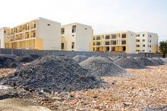 Plats för bostads- konstruktion med delvist avslutat hem Arkivbilder