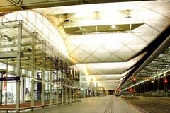 plats för flygplatsHong Kong natt Arkivbilder