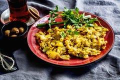 Plats för frukosttabell Te, oliv och ägg Arkivfoto