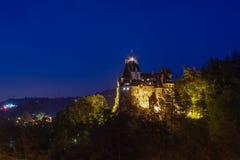 Plats för klislottnatt med blå himmel som är bekant som den Dracula slotten från Rumänien royaltyfri bild