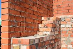 Plats för murerihuskonstruktion Tekniker för murverk för grunderna för belägen mitt emot tegelsten för mureri Hur man lägger tege Royaltyfria Bilder