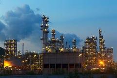 Plats för natt för petrokemisk bransch för oljeraffinaderi Arkivfoto