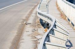 Plats för olycka för bilkrasch Skadat staket på bron från olycka för bilkrasch Fotografering för Bildbyråer