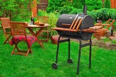 Plats för parti eller för picknick för sommarhelgBBQ på gräsmattan royaltyfri bild