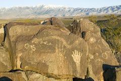 Plats för Petroglyph för tre floder nationell, byrå för a (BLM) av landledningplatsen, särdrag en bild av en hand, en av mer än 2 Arkivbild
