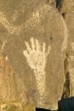 Plats för Petroglyph för tre floder nationell, byrå för a (BLM) av landledningplatsen, särdrag en bild av en hand, en av mer än 2 Royaltyfri Fotografi