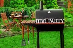 Plats för sommarhelgBBQ med kolgallret på trädgården fotografering för bildbyråer