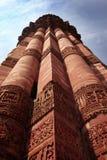 Specificerade gravyrer på Qutub Minar Delhi Royaltyfri Bild