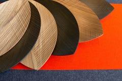 Plats faits de bois sous forme de feuilles Images libres de droits