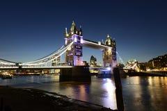 Plats för natt för London tornbro Royaltyfri Bild