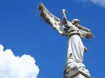 Plats i en kyrkogård: ett gammalt stenar statyn av en ängel med brutna vingar royaltyfria bilder
