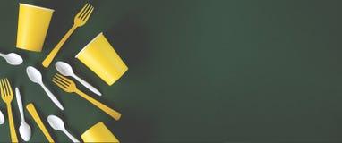 Plats jaunes et blancs de banni?re de Web sur un fond vert photo libre de droits