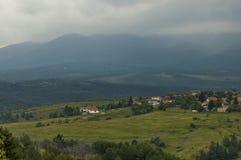 Plats med berggläntan, skogen och det bostads- området av den bulgarian byn Plana, Plana berg Royaltyfri Bild