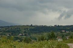 Plats med berggläntan, skogen och det bostads- området av den bulgarian byn Plana, Plana berg Arkivbild