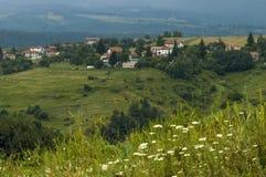 Plats med berggläntan, skogen och det bostads- området av den bulgarian byn Plana, Plana berg Arkivfoton