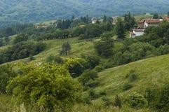 Plats med berggläntan, skogen och det bostads- området av den bulgarian byn Plana, Plana berg Arkivfoto