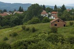 Plats med berggläntan, skogen och det bostads- området av den bulgarian byn Plana, Plana berg Royaltyfri Fotografi