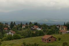 Plats med berggläntan, skogen och det bostads- området av den bulgarian byn Plana, Plana berg Royaltyfria Foton