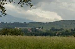 Plats med berggläntan, skogen och det bostads- området av den bulgarian byn Plana, Plana berg Fotografering för Bildbyråer