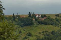 Plats med berggläntan, skogen och det bostads- området av den bulgarian byn Plana, Plana berg Royaltyfria Bilder