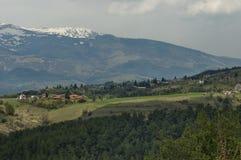 Plats med berggläntan, skogen och det bostads- området av den bulgarian byn Plana, Plana berg Arkivbilder