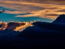 Plats med dramatiska moln av regn på solnedgången arkivbild
