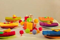 Plats multicolores et serviettes de toile avec le décor tricoté table photo libre de droits