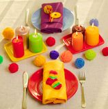 Plats multicolores et serviettes de toile avec le décor tricoté table images libres de droits