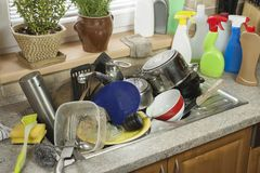 Plats sales dans l'évier après des célébrations de famille photographie stock