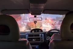 Plats som kör i hällregndag och trafikstockningar Fotografering för Bildbyråer