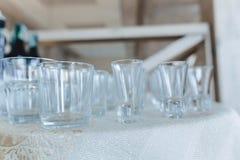 Plats sur des tables de banquet, des verres servants, des cuill?res et des plats photographie stock