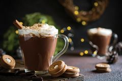 Plats traditionnels d'hiver Noël traditionnel de boissons ou nouvelle année Tasse de chocolat aromatique chaud et épicé avec la c photo stock