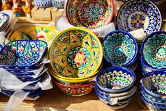 Plats traditionnels en céramique décoratifs d'Ouzbékistan Photographie stock libre de droits
