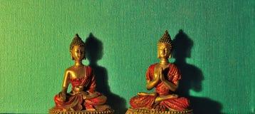 Plats: Två miniatyrBuddhastatyer Arkivbild