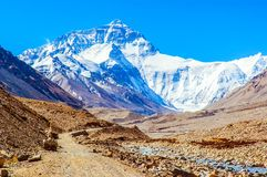 Plats-vägen för den tibetana platån går till Everest (monteringen Qomolangma). Arkivfoton