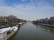 Platsen av floden Seine fodrade med privata yachter Arkivbilder