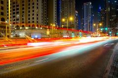 Platsen för natten för stadsvägen, UAE, Dubai, långa spårämnar för natttrafik i Dubai UAE centrerar Arkivfoton