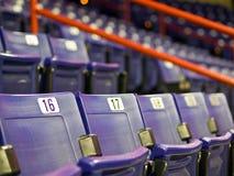 Platser på en arena för inomhus sportar Arkivbild