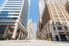 Platsskugga för den tysta gatan på lägre nivåer för highrisebyggnad ser Arkivfoton