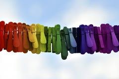 Plattång för LGBT-flaggatvätteri på blå himmel royaltyfria bilder