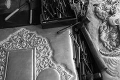Plattång och stämjärn för framställning av bestick som dekorerar konst Royaltyfri Fotografi