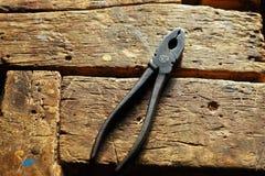 Plattång på trätabellen arkivbild