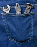 Plattång pojkar, skiftnyckel i facket av klassisk jeans Arkivfoton
