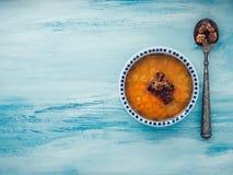 Platta av användbar och diet-grönsaksoppa med en tappningsked och krutonger royaltyfria bilder