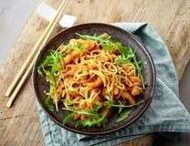 Platta av asiatiska nudlar med stekt kött arkivbild