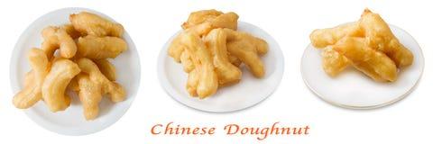 Platta av djupa Fried Doughstick på vit bakgrund arkivbild